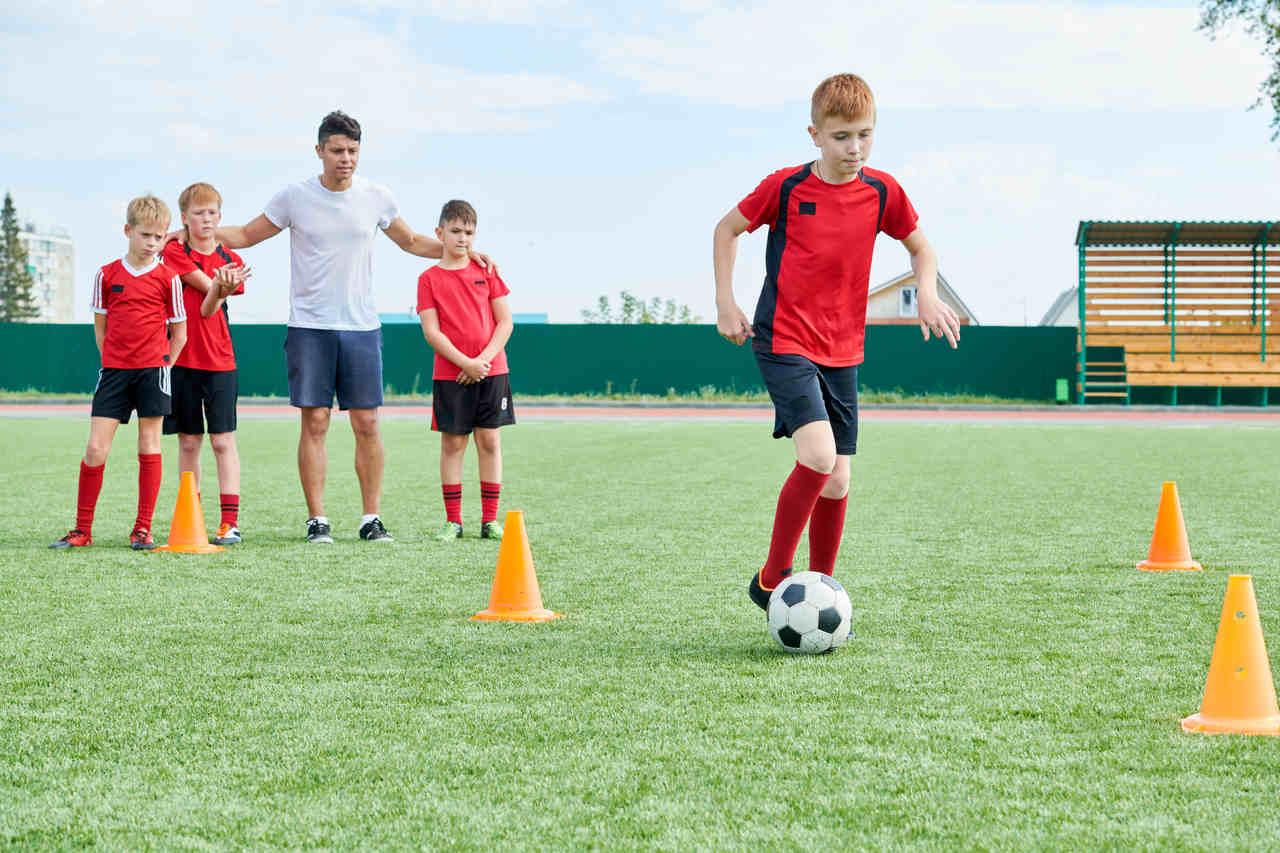 młodzi piłkarze na treningu piłkarskim